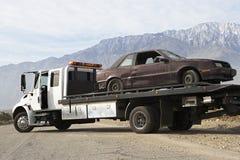 Gebroken Auto op Tow Truck stock foto's