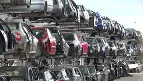 Gebroken auto's in autokerkhof stock video