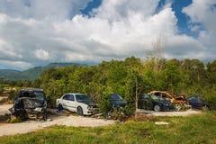 Gebroken auto's in een stortplaats op het gebied op Koh Samui in Thailand stock foto's