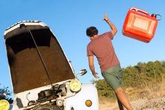 Gebroken auto zonder brandstof stock foto