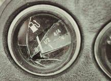 Gebroken autopaneel, de wijzer van de brandstofmaat bij nul stock foto