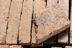 Gebroken baksteen op baksteenstapel Stock Fotografie