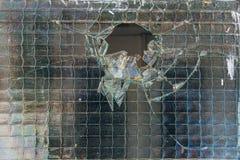 Gebroken berijpt glas met draadversterking in de verlaten bouw stock foto