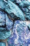 Gebroken blauwe die oogschaduw, op witte macro wordt geïsoleerd stock afbeelding
