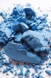 Gebroken blauwe die oogschaduw, op witte macro wordt geïsoleerd stock fotografie