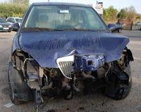 Gebroken Bonnet op Blauwe Auto stock foto