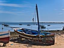 Gebroken Boot met afval op een strand royalty-vrije stock fotografie
