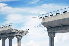 Gebroken brug op hemelachtergrond Stock Fotografie