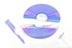 Gebroken CD die op Wit wordt geïsoleerdo Stock Foto's