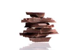 Gebroken chocolade op witte achtergrond Royalty-vrije Stock Fotografie