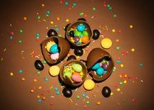 Gebroken chocoladeeieren, dragees en diverse decoratie voor Easte royalty-vrije stock afbeeldingen