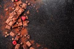 Gebroken chocoladestukken en cacaopoeder op marmer Royalty-vrije Stock Fotografie