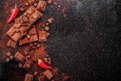 Gebroken chocoladestukken en cacaopoeder op marmer Royalty-vrije Stock Foto's
