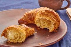 Gebroken croissant en een kop van koffie Stock Foto's