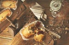 Gebroken cupcake met chocoladedalingen en jam Stock Afbeelding