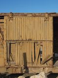 Gebroken deur van verlaten houten spoorwegauto royalty-vrije stock afbeeldingen