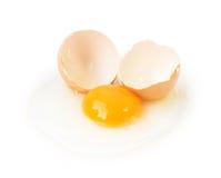 Gebroken die eieren op witte achtergrond met het knippen van weg worden geïsoleerd Royalty-vrije Stock Foto's