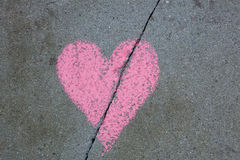 Gebroken die hart op stoep met krijt wordt getrokken stock afbeelding