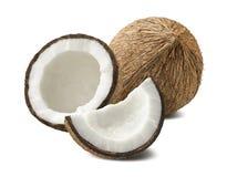 Gebroken die kokosnotensamenstelling op witte achtergrond wordt geïsoleerd Stock Foto's
