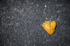 Gebroken die sinaasappel als gebroken hart wordt gevormd stock afbeelding