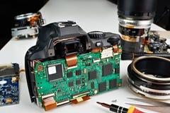 Gebroken digitale SLR-camera in reparatie op de dienstcentrum Stock Foto's