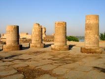Gebroken Egyptische kolommen Stock Afbeeldingen