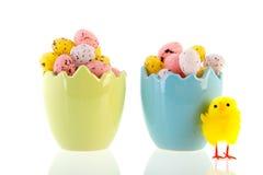 Gebroken eieren volledige kleine eieren Stock Afbeeldingen