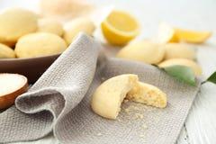 Gebroken eigengemaakt koekje met citroenaroma op servet Stock Fotografie