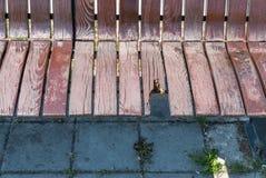 Gebroken en beschadigde houten bank op de straat, vandalismeconcept stock fotografie