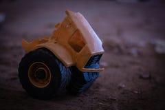 Gebroken en eenzaam stuk speelgoed stock foto