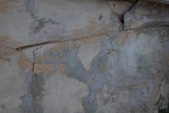 Gebroken en gebarsten muur van een oud die gebouw met cement wordt gepleisterd royalty-vrije stock afbeelding