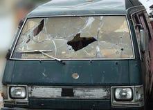 Gebroken en geschoten door kogelsauto, misdaad, diefstal royalty-vrije stock afbeelding