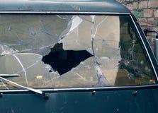 Gebroken en geschotene auto, kogelgaten, buiten royalty-vrije stock foto's