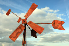 Gebroken en roestige windmolen stock foto's