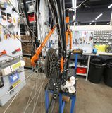 gebroken fiets in de reparatiewerkplaats voor fietsen stock afbeelding