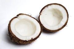 Gebroken geïsoleerde kokosnoot Stock Afbeeldingen