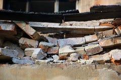 Gebroken gebarsten die muur van bakstenen wordt gemaakt Stock Afbeeldingen