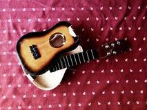 Gebroken gitaar Royalty-vrije Stock Afbeeldingen