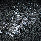 Gebroken glas op de straat stock afbeeldingen