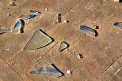 Gebroken glas op een vloer Stock Fotografie