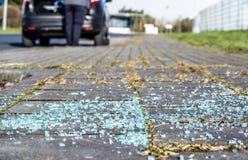 Gebroken glas op het asfalt Royalty-vrije Stock Foto's