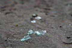 Gebroken glasflessen op wit zand Afval op het zand Ecologisch probleem royalty-vrije stock afbeeldingen