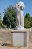Gebroken grafsteen in verlaten begraafplaats Royalty-vrije Stock Foto