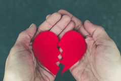 Gebroken hart in de handen - scheidingsconcept stock foto's