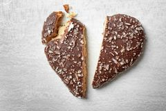 Gebroken hart gevormd koekje op grijze achtergrond, hoogste mening royalty-vrije stock afbeeldingen