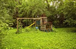 Gebroken houten geroeste speelplaats royalty-vrije stock foto's