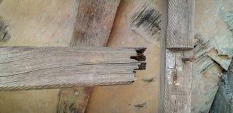Gebroken houten loopvlak op een houten stapladder stock foto's