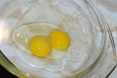 Gebroken kippeneieren op schotel Royalty-vrije Stock Foto