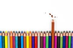 Gebroken kleurenpotloden met één geïsoleerd op wit Royalty-vrije Stock Afbeeldingen
