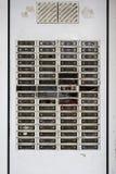 Gebroken kloksysteem op een verlaten flatgebouw vóór een luxevernieuwing om huren, concept voor tekort aan woningen binnen te v stock afbeeldingen